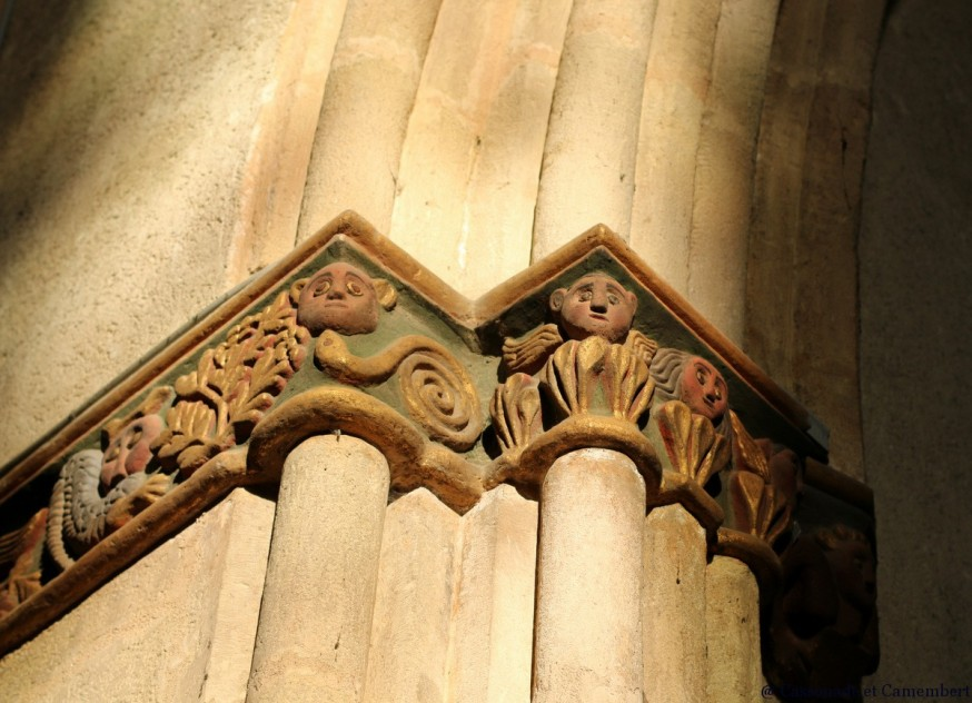 Chapiteaux arcs entrée abbatiale Saint-Volusien foix ariege