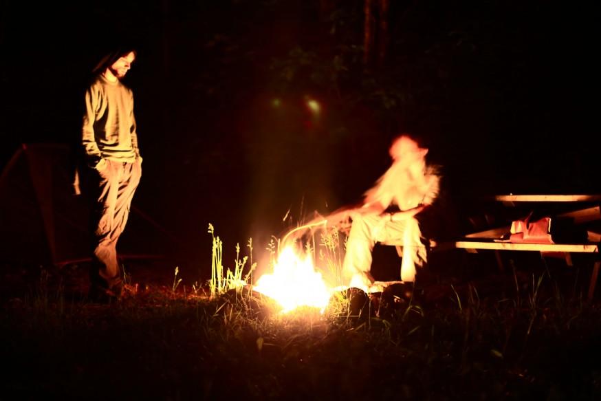 Camping au canada - soiree au coin du feu