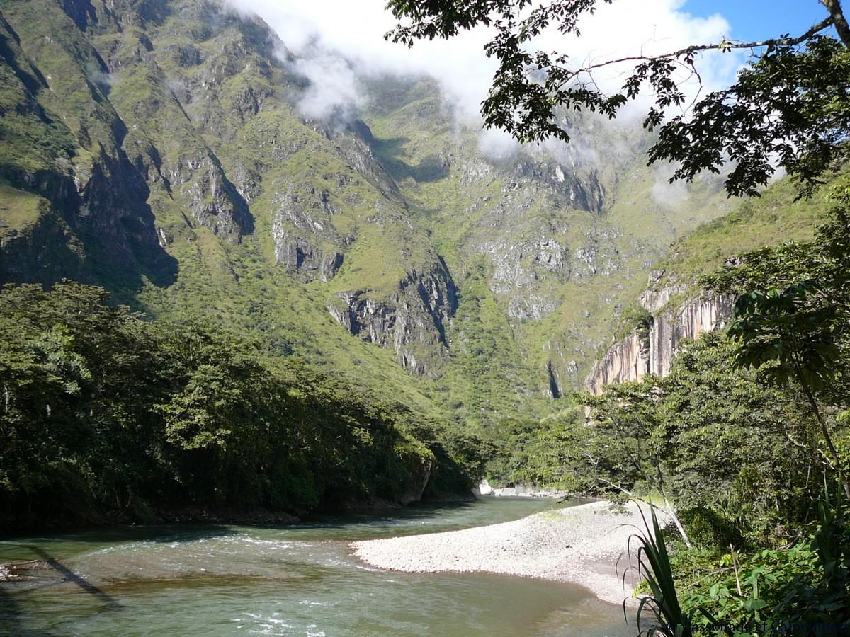Rio Vilcanota inca jungle trail hidroelectrica agua calientes
