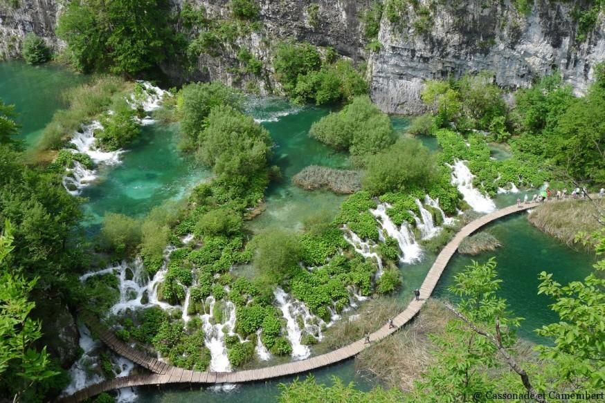 Vue sur ponton lacs inferieurs Plitvice