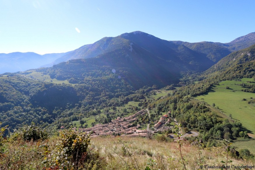 Vue sur village de Montsegur ete indien ariege