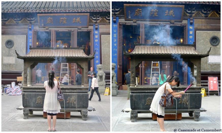 Femme en priere temple des dieux chenghuang shanghai
