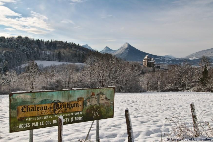 Chateau de Menthon vu depuis le col de Bluffy sous la neige
