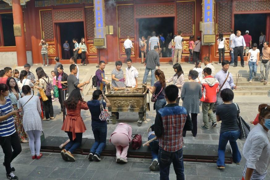 Personnes en priere temple des lamas Pekin