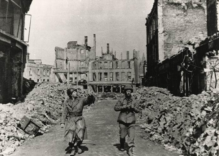 Soldats américains après les bombardements de Darmstadt